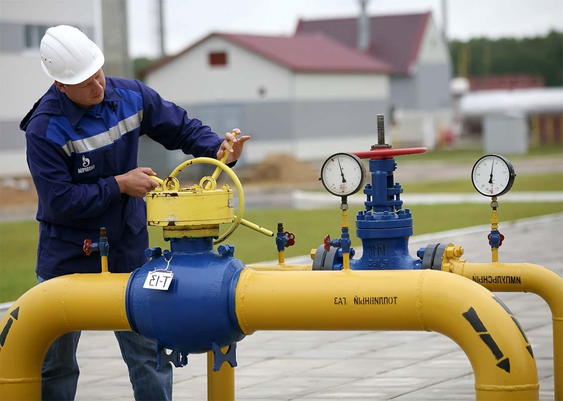 Газовые трубы рабочий затягивает руками