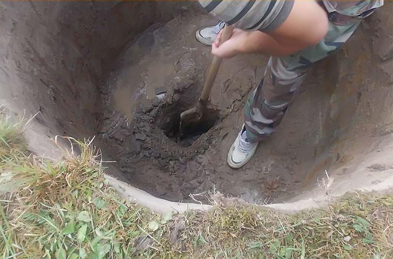 Копка котлована для бетонного колодца