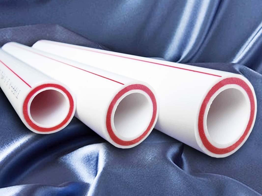 Металлопластиковые трубы на синем фоне