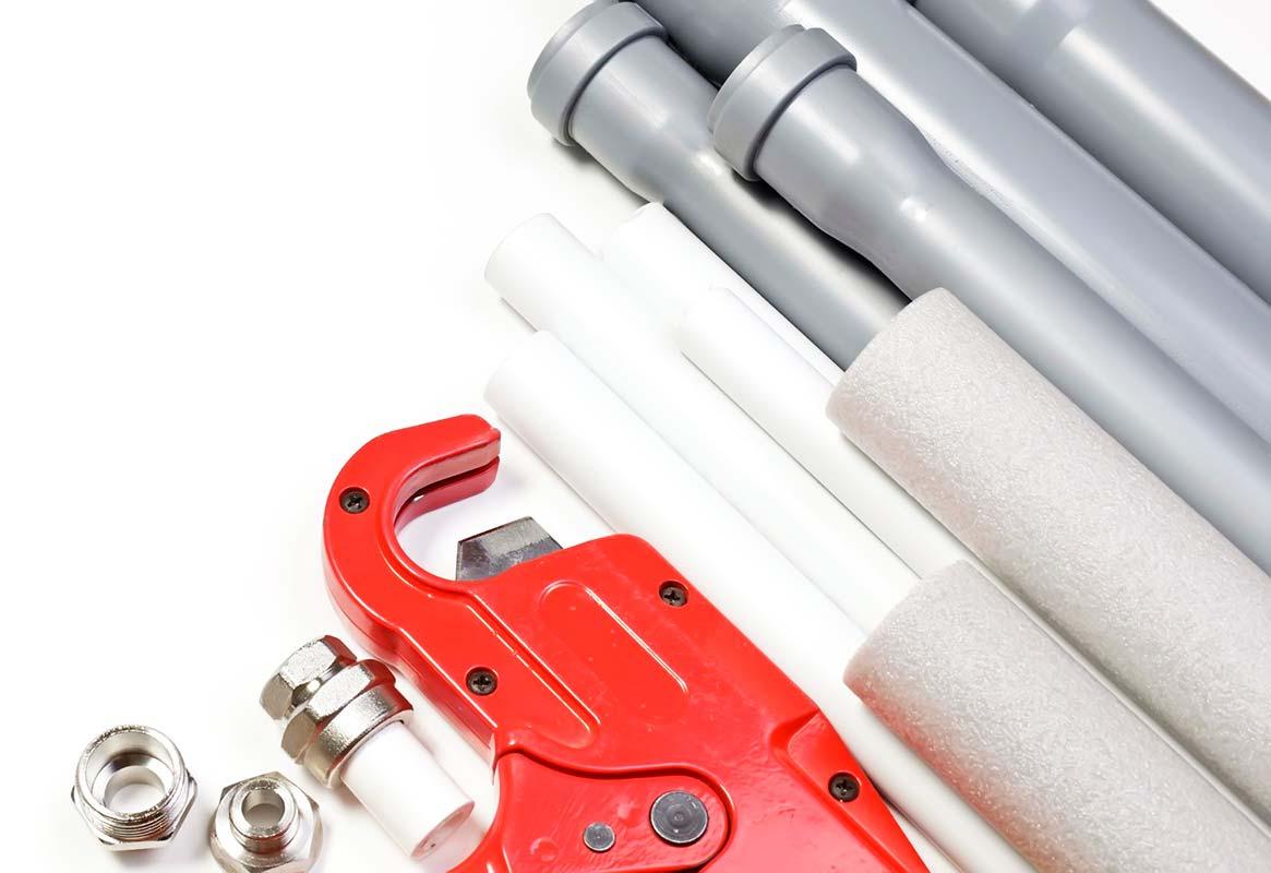 Водопроводные трубы и ключ